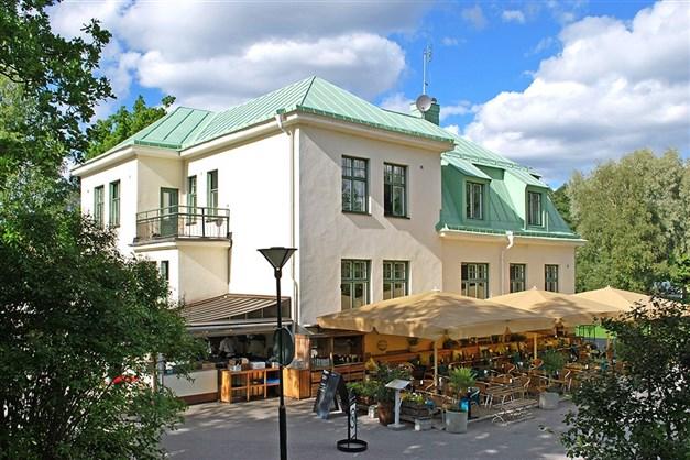 Kända, populära Långbro Värdshus drivs av TV-kocken Fredrik Eriksson.