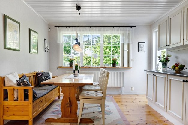 Kök med plats för stort matbord. Utgång till uteplats