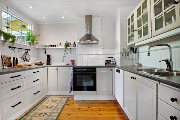 Kök med gott om förvaring och arbetsytor