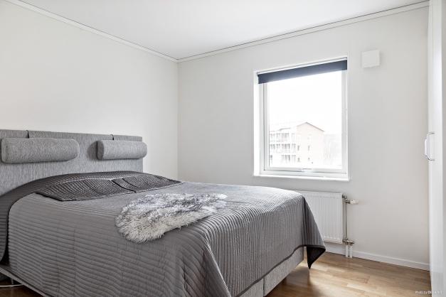 Det stora sovrummet med gott om garderober