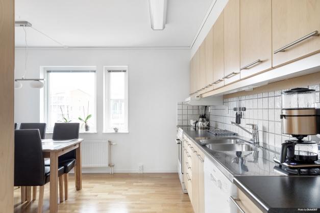 Köket med gott om förvaring och arbetsyta