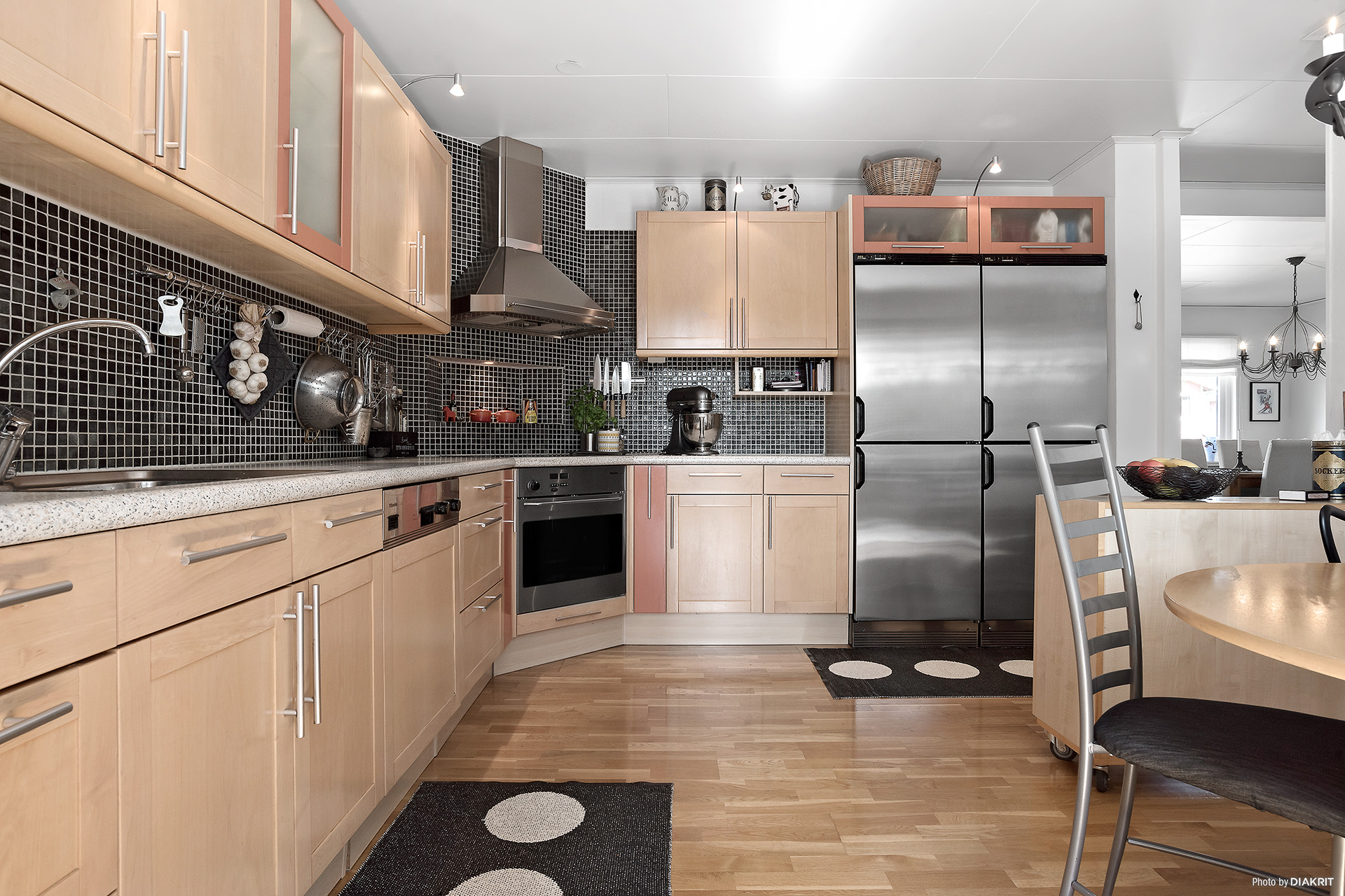 Praktiskt kök med stora arbetsytor och goda förvaringsmöjligheter. Rostfria vitvaror.