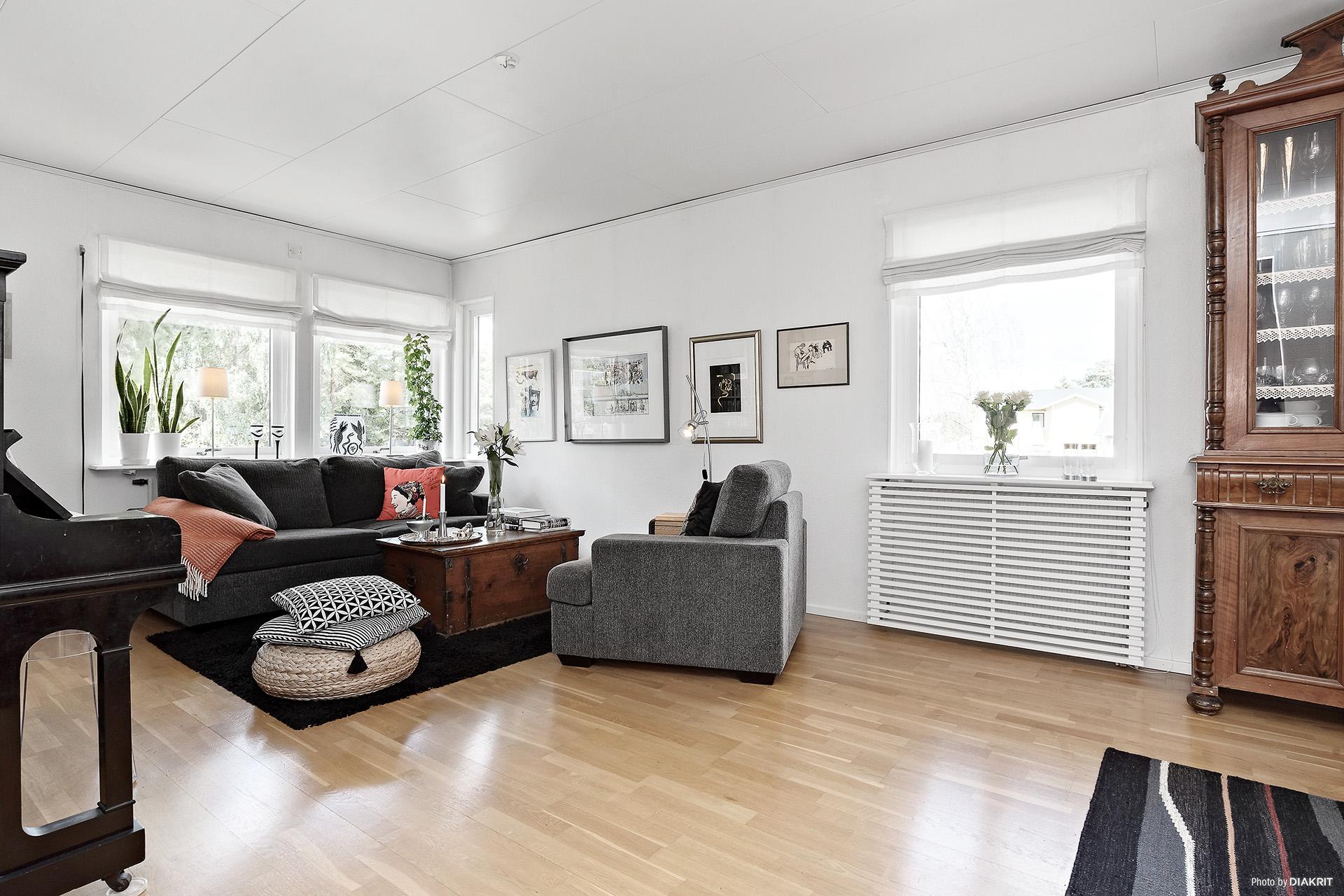 Det ljusa vardagsrummet har ljusinsläpp från två väderstreck