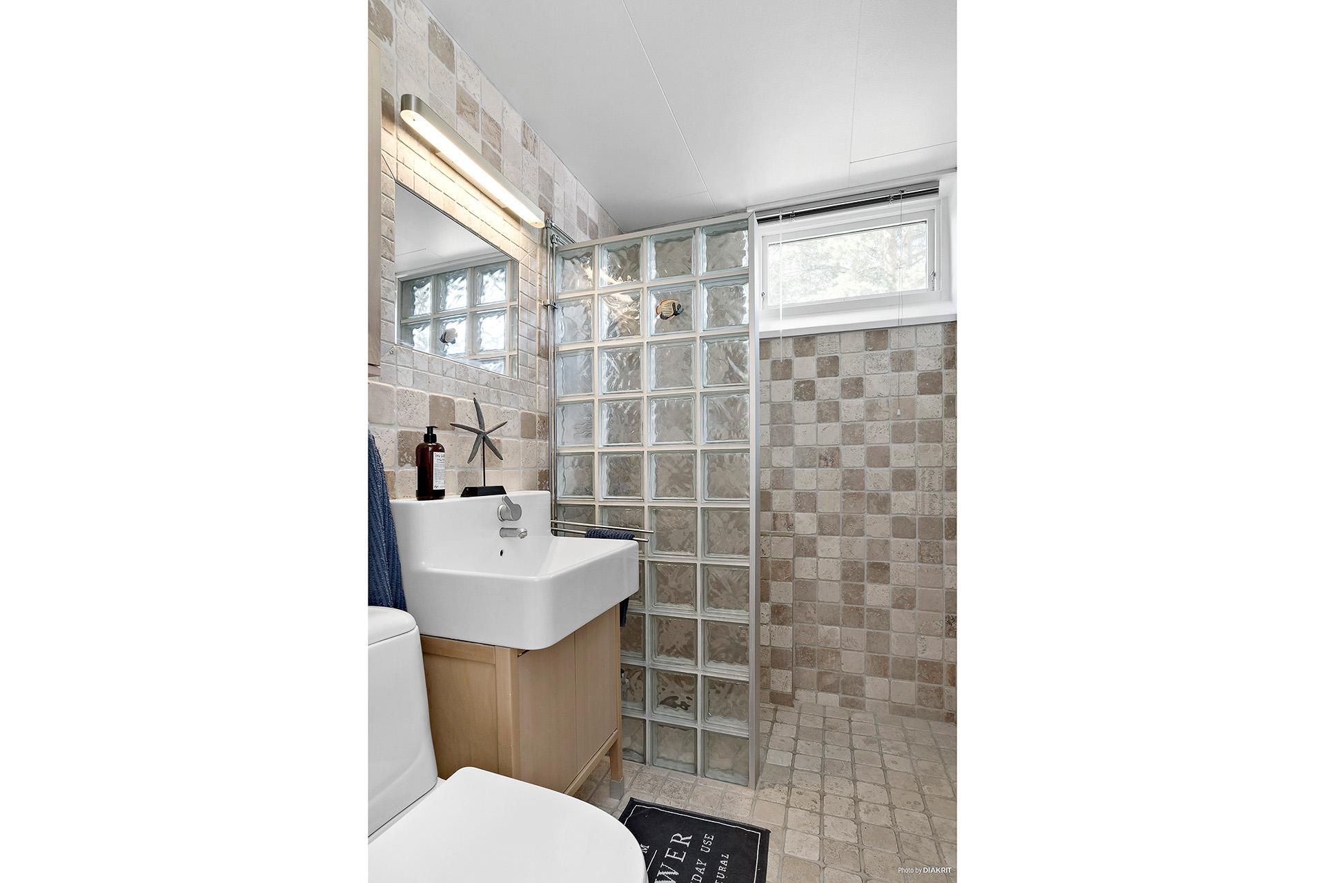 Helkaklat badrum med sjösten.