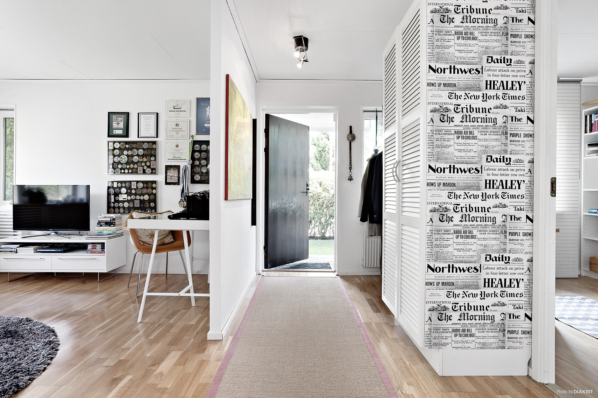 Entrehall med garderober och hatthylla. Till vänster i bild är allrum och till höger i bild sovrum.