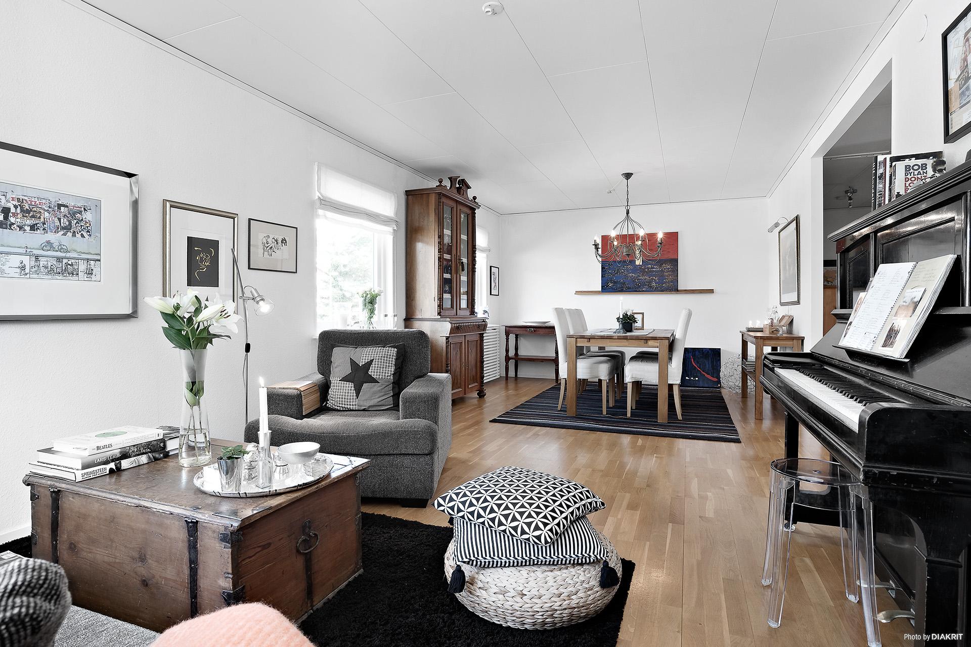Rymligt vardagsrum med plats för både matsalsbord och sittgrupp