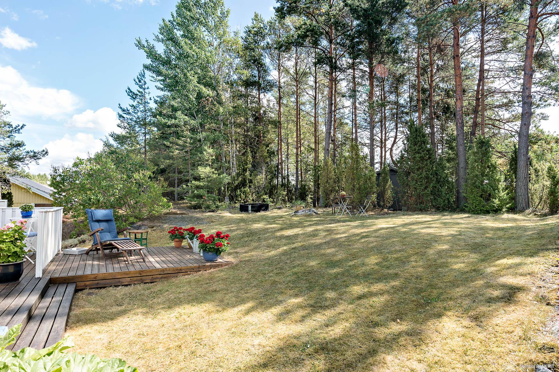 Soldäck! Den kuperade, insynsskyddade tomten är delvis naturtomt med skogsparti.