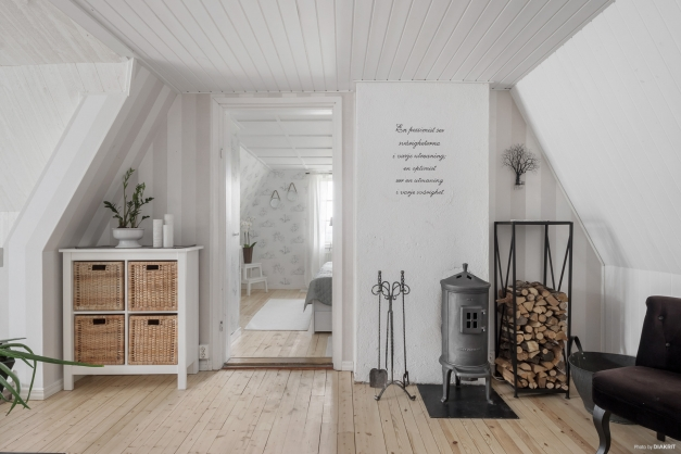 Även detta plan har en möblerbar hall med fina trägolv.