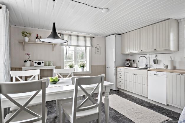 Ljust kök i tonern beige, vitt och grått.
