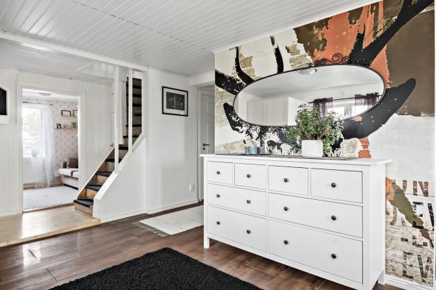 Möblerbar hall & trapp upp till övreplan.