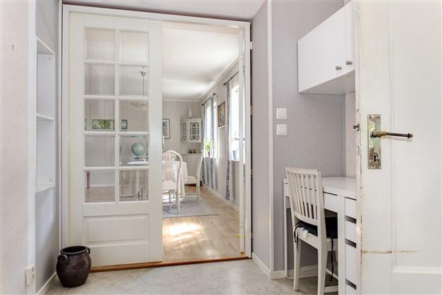 Pampiga spegeldörrar leder vidare in i det väl tilltagna vardagsrummet