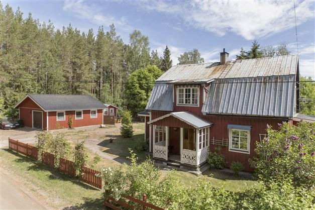 Välkomna till Tennsätersvägen 5 - fastighet omfattande bostadshus, stort varmgarage och gäststuga