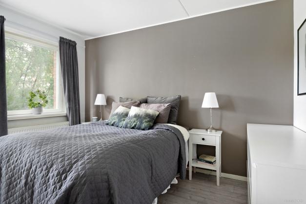 Rymligt sovrum med garderober.