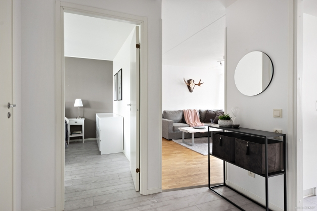 Från hallen nås samtliga rum i lägenheten.