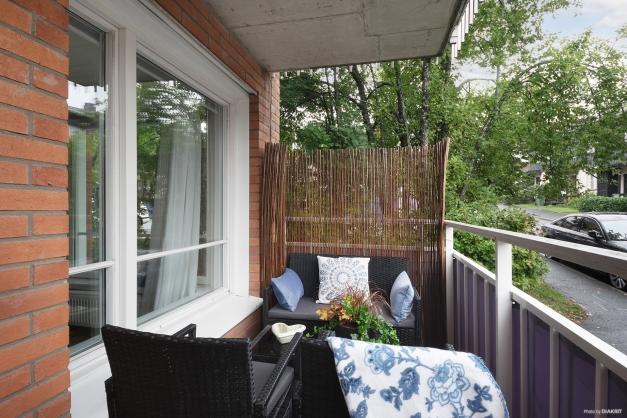 Balkongen nås från vardagsrummet.