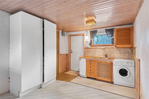 Tvättstuga med tvättmaskin och tvättho samt garderob och plats för möblering