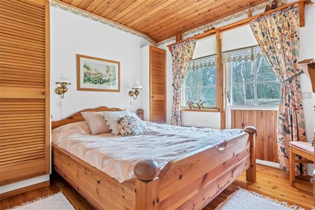 Sovrum med utgång till altangång