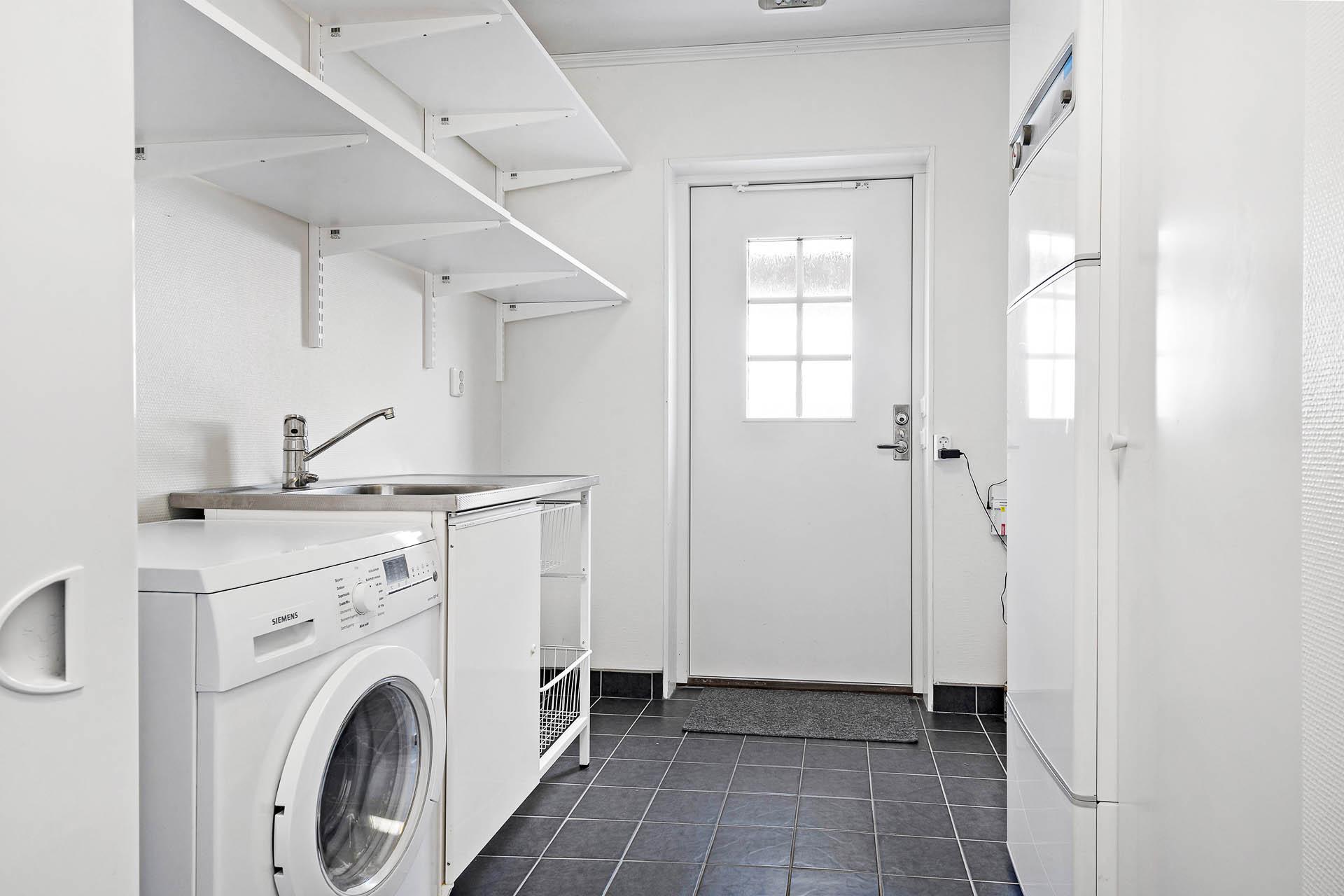 Tvättstuga med ingång från hallen med separat groventré.