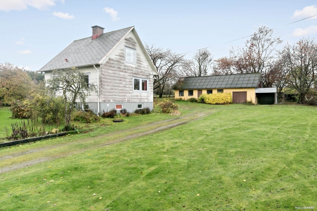 Härlig trädgårdstomt med gott om plats för lek och umgänge.