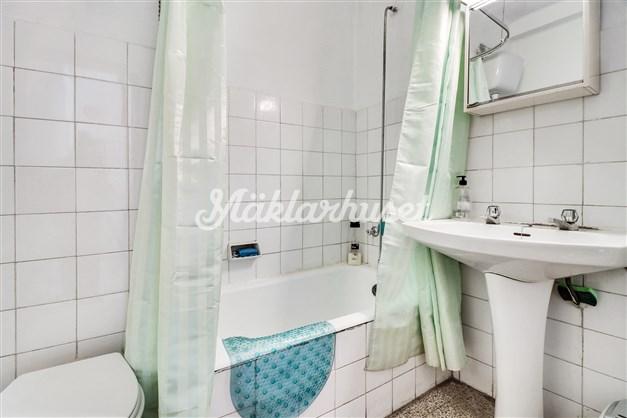 Badrum med badkar, wc och bidé