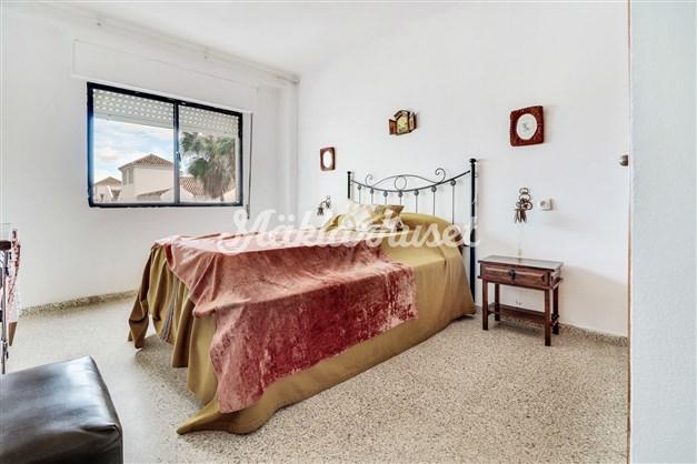 Sovrum med platsbyggda garderober