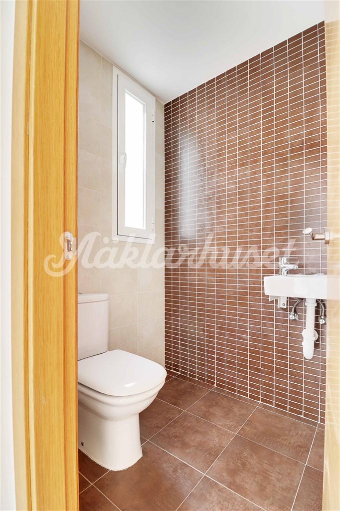 Liten toalett vid entrén