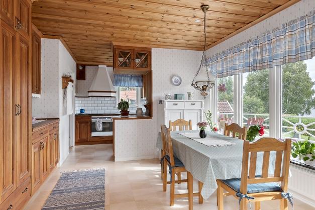 Kök med matplats och utgång till altanen