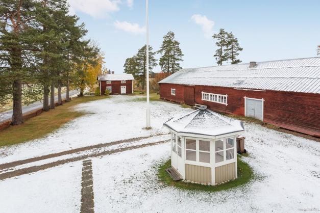 Gård. F d bagarstuga, f d ladugård (foder/förrådsutrymme, snickarbod/verkstad m m). Lusthus