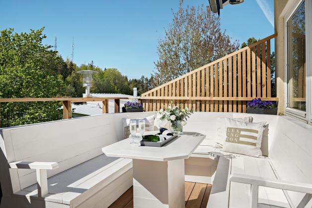 Mysig balkong med praktiska lösningar
