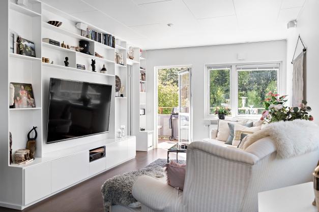 Vardagsrum med en smart platsbyggd bokhylla