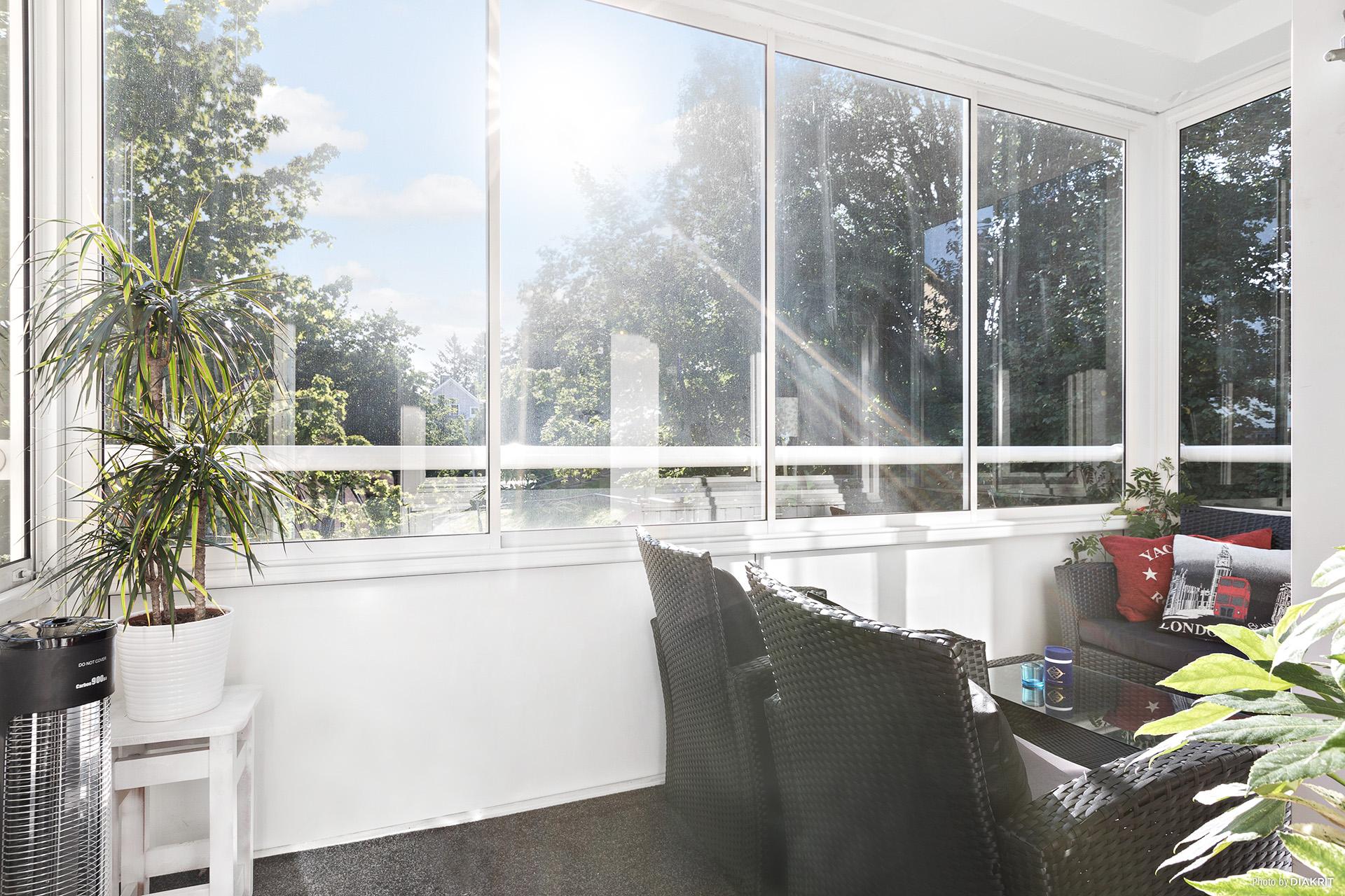 Stor inglasad balkong utan insyn