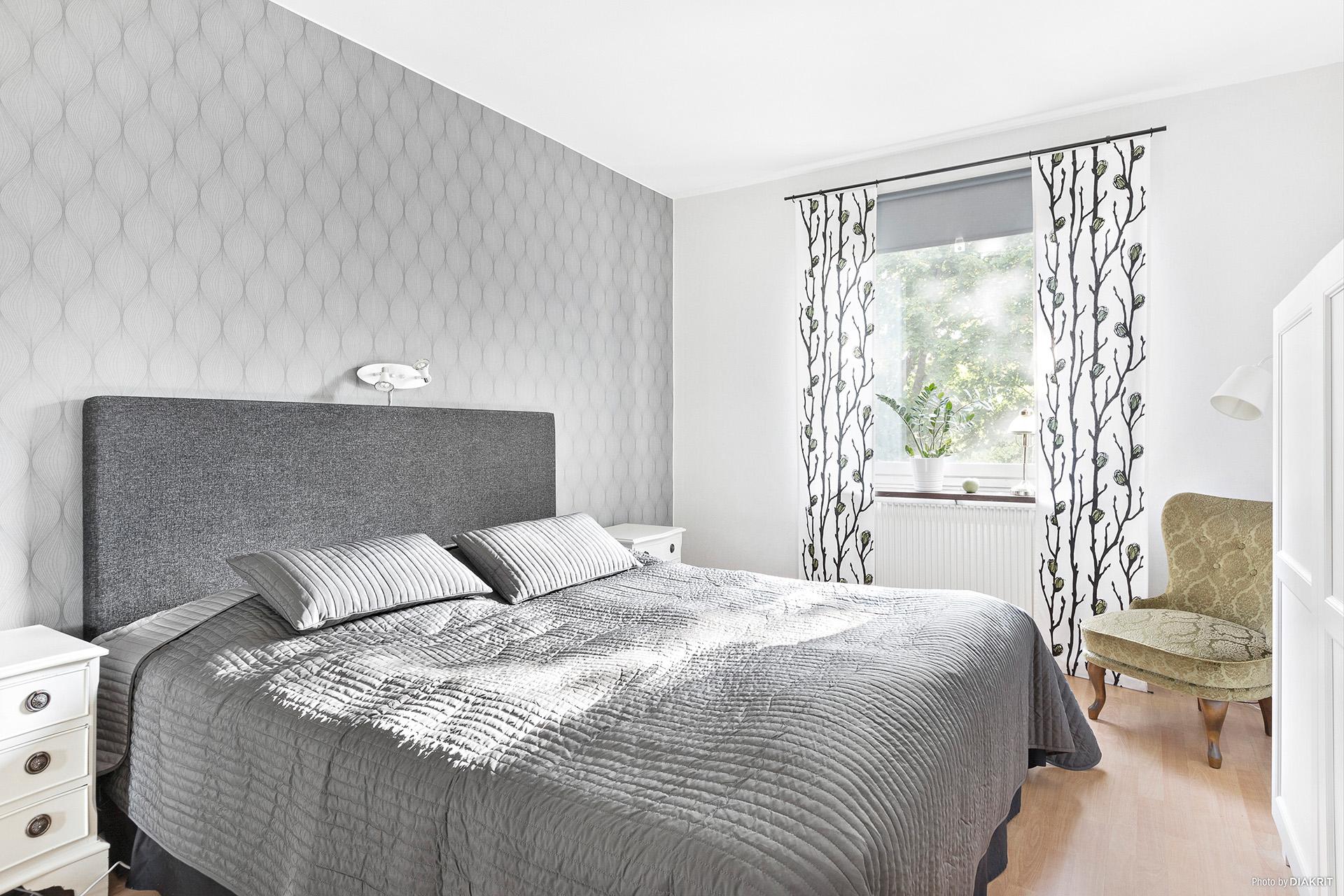 Sovrum 1 med 4 garderober