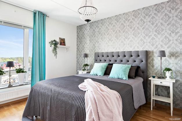 Rejält sovrum med garderob försedd med skjutdörrar