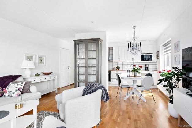 Vardagsrummet med öppen planlösning mot köket