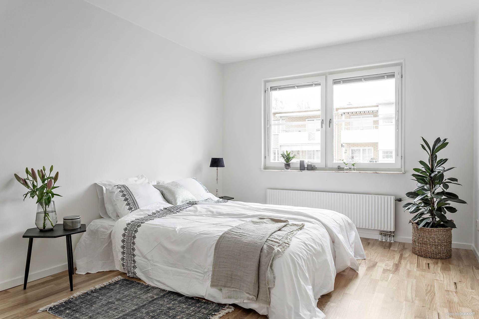 Större sovrum med klädkammare