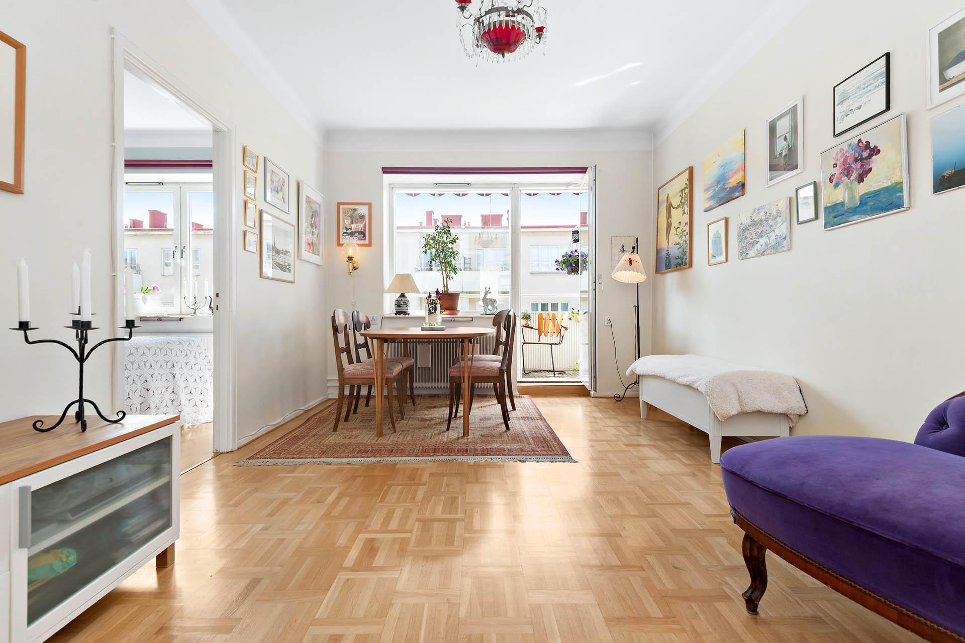 Härligt, ljust och lättmöblerat vardagsrum med utgång till supersolig balkong