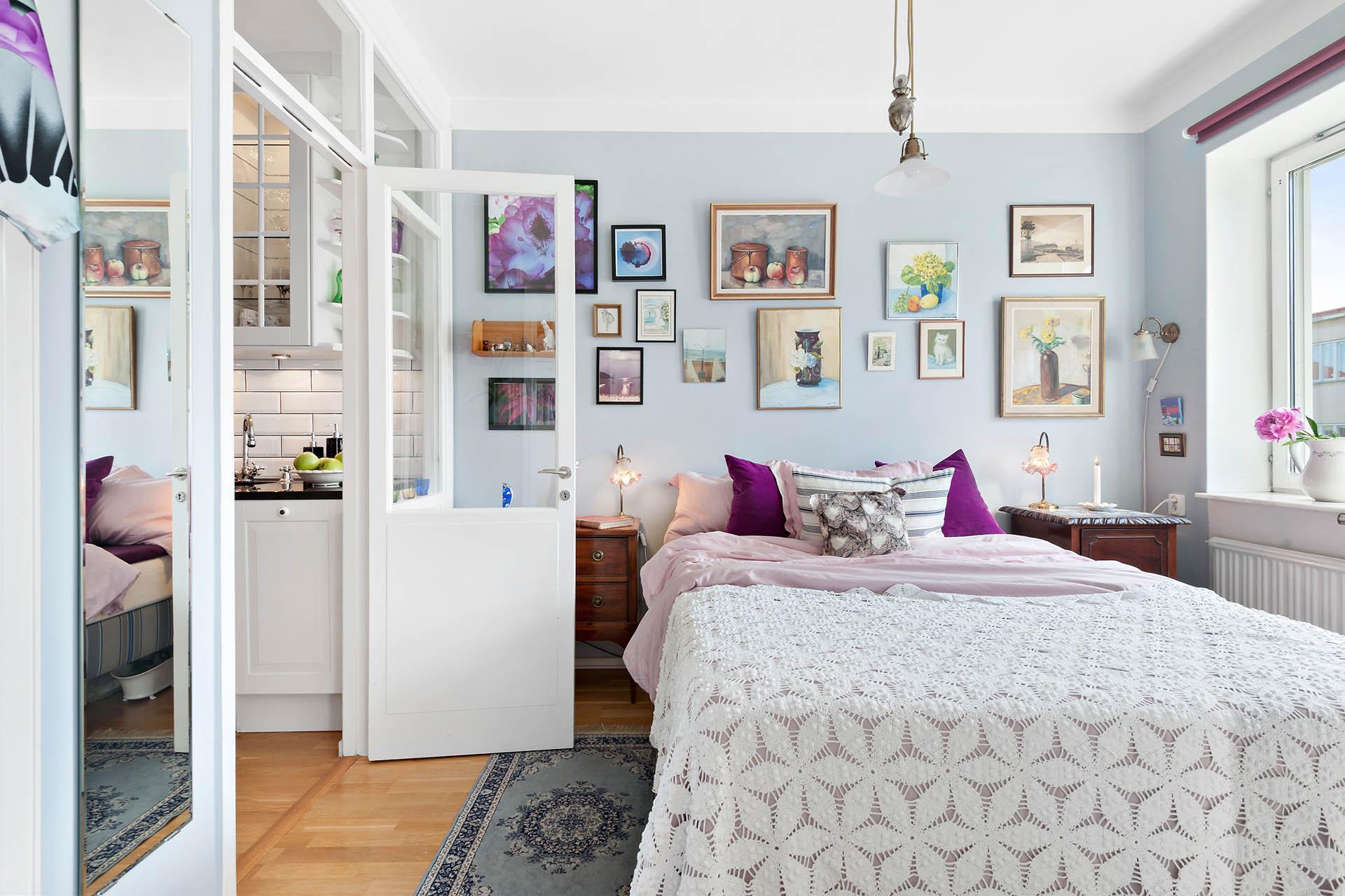Sovrum med gott om plats för dubbelsängen