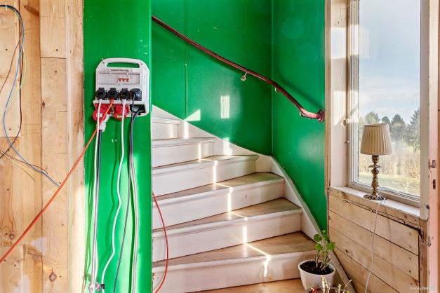 Hall med trappa till ovanvåningen.