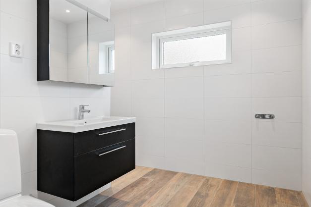 Helkaklat badrum intill sovrum nr 1