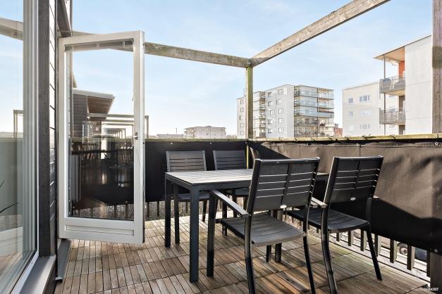 Rymlig balkong som vetter åt nordväst. Här kan du njuta av middag med vänner i kvällssolen.