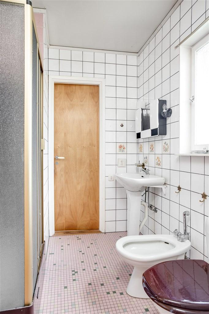Dusch/wc med dörrar mot både hall och passage/sovrum.