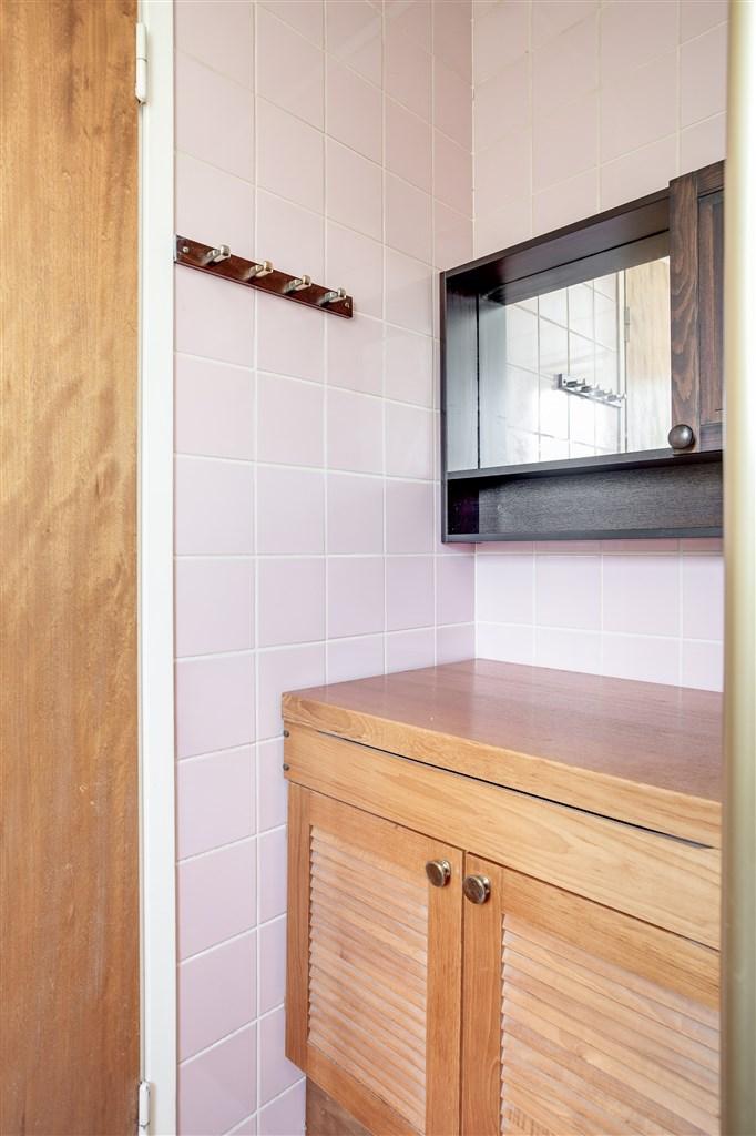 I duschrummet finns både vitt och rosa kakel.