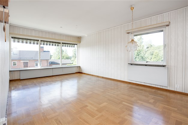 Vardagsrummet har också stora fönsterpartier som ger fint ljus.