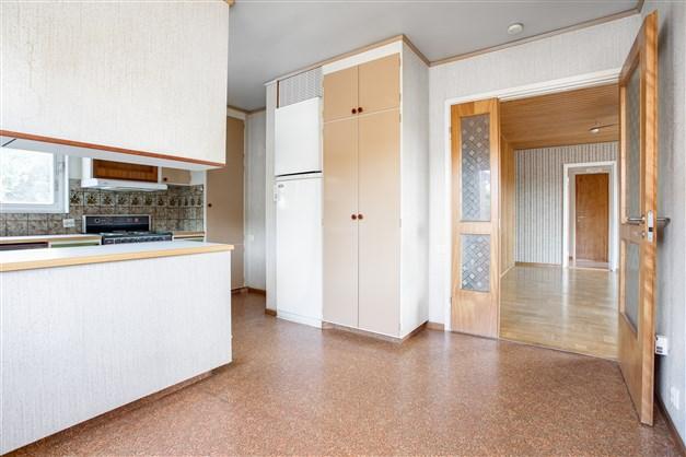 I köket finns fina dörrar med glaspartier ut mot allrummet.