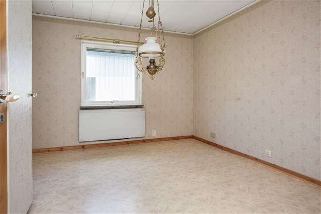 Sovrum 1, här finns 2 garderober och 1 linneskåp, alla med överskåp.