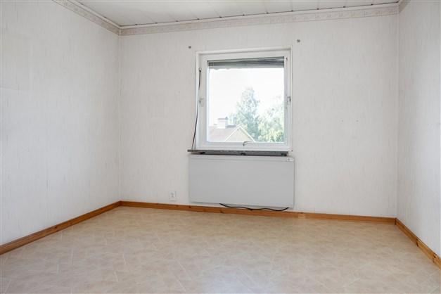 Sovrum 2 med fönster ut mot gatan. Här finns 1 garderob och 1 linneskåp, båda med överskåp.