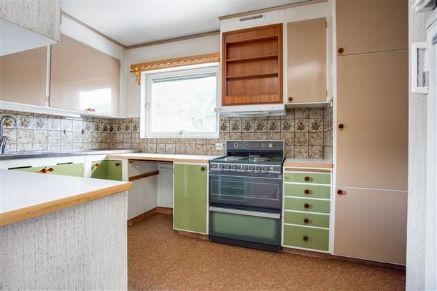 Köket har bra arbetsytor och förvaring.