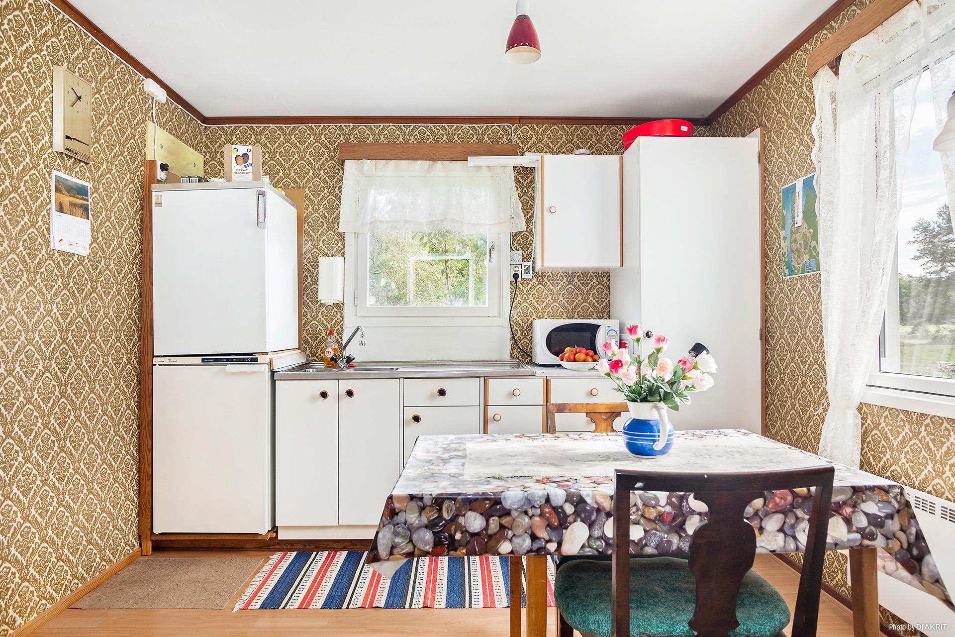 Trivsamt kök med både kallt och varmt vatten.