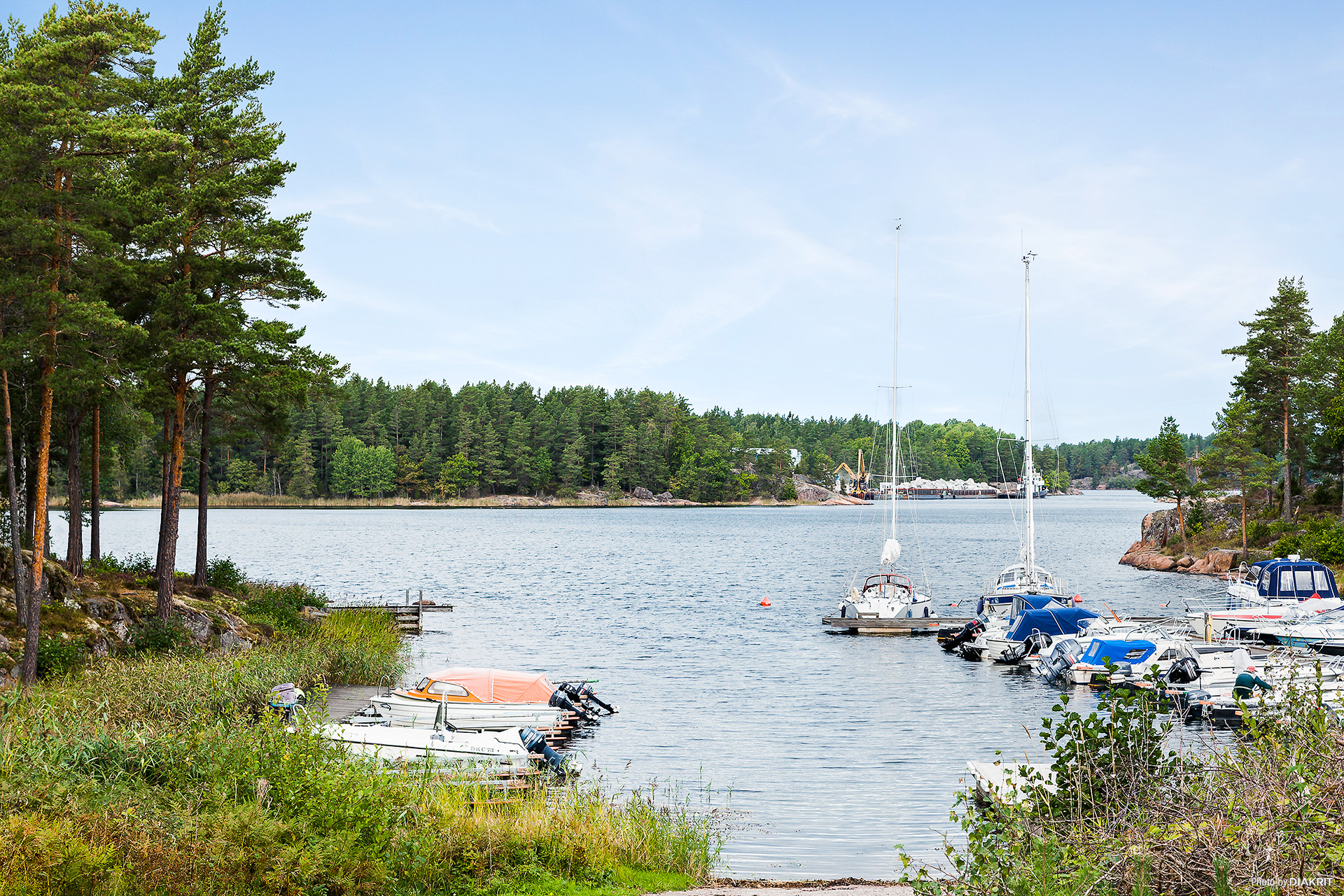 Ca 5-10 minuters gångavstånd till båtplatser och badplats.