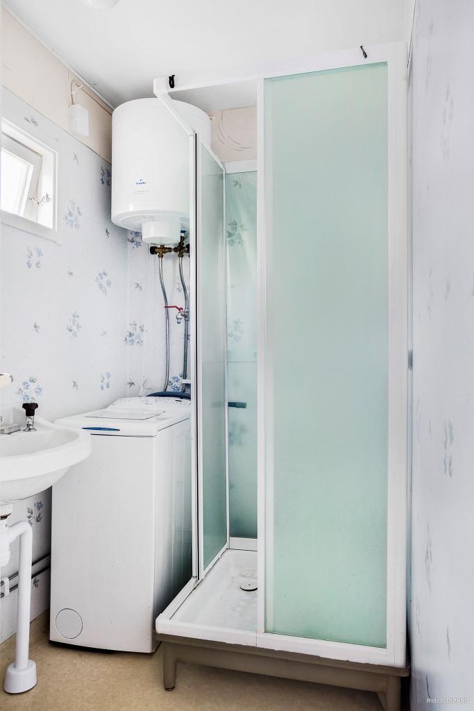 Duschrum med tvättmaskin, dusch och handfat. Separett ingår (ej inkopplad). Torrtoalett utomhus.